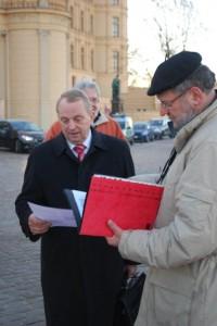 Friedrich Voßberg erklärt dem Umweltminister Till Backhaus die Bedeutung des Projekts für den Erhalt des Bäderstatus