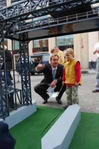 Leipzig: OB Burkard Jung erklärt einem Leipziger Kind die Funktionsweise der Karniner Hubbrücke, auf dem Leipziger Marktplatz vor dem historischen Rathaus